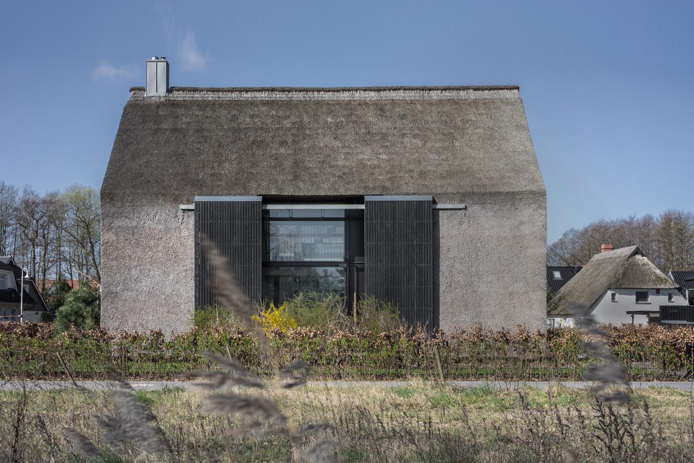 Moderne Architektur mit Reetdach - Freie Serie in Prerow, Entwurf von Möhring Architekten aus Berlin